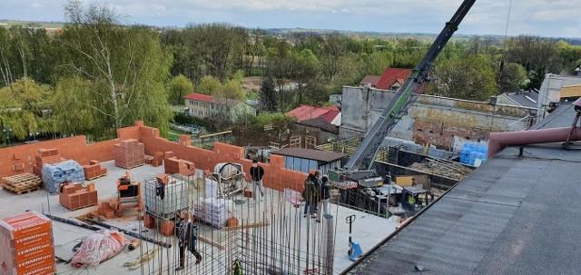 Rozbudowa Domu Kultury, w głębi widoczne fundamenty budynku nowej biblioteki.