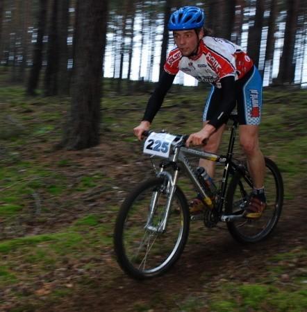 Jedzie amatorski mistrz Zielonej Góry w kolarstwie górskim - Michał Cesarczyk