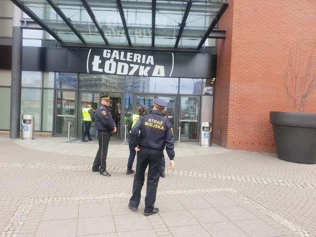 Straż Miejska w Łodzi zaczęła legitymowanie dzieci i młodzieży szkolnej w centrach handlowych. Zgodnie z zaleceniem rządu, obecnie uczniowie powinni spędzać czas w domu.CZYTAJ DALEJ NA NASTĘPNYM SLAJDZIE