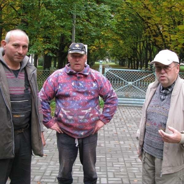 Ta aleja powinna być otwarta! - twierdzą liderzy wsi, od lewej: radny Artur Osikowski, Roman Czekała i Antoni Markiewicz .