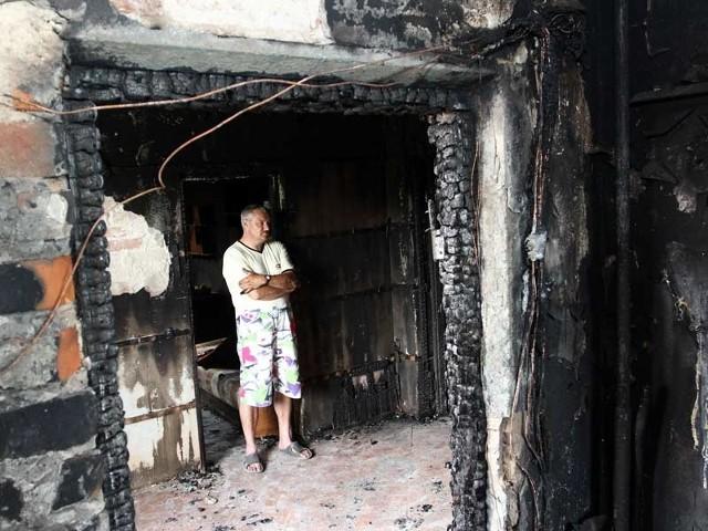 W kilkanaście minut ogień zniszczył nasz dom. Próbowałem gasić, ale nie dałem rady - kręci głową zrozpaczony Dariusz Przyboś z Rudnej Małej.