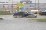Oberwanie chmury w Tarnowskich Górach ZDJĘCIA Przy Tesco samochody tonęły w wodzie