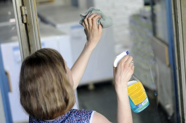 Mycie okien do ulubionych prac domowych nie należy. To m.in. z tego powodu niektórzy wolą tuż przed świętami skorzystać z pomocy firmy sprzątającej.