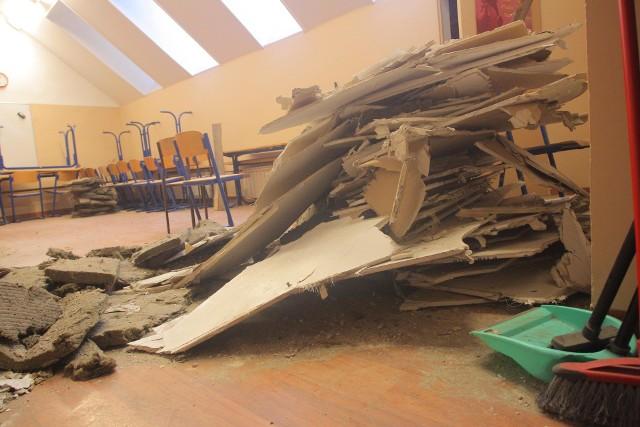 Do niebezpiecznego zdarzenia doszło we wtorek w poznańskim Zespole Szkół Komunikacji. Po godzinie 10 w jednej z klas zawalił się sufit