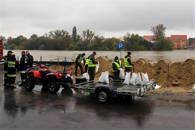 Powódź w Brzegu. Miasto szykuje się na niedzielną falę kulminacyjną na Odrze