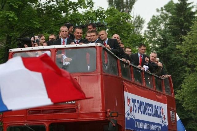 Tak piłkarze Podbeskidzia świętowali swój pierwszy awans do Ekstraklasy  Zobacz kolejne zdjęcia. Przesuwaj zdjęcia w prawo - naciśnij strzałkę lub przycisk NASTĘPNE