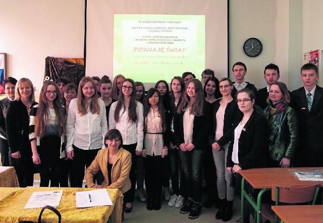 Pamiątkowe zdjęcie wszystkich uczestników Międzyszkolnego Konkursu Języka Francuskiego, Rosyjskiego i Niemieckiego.