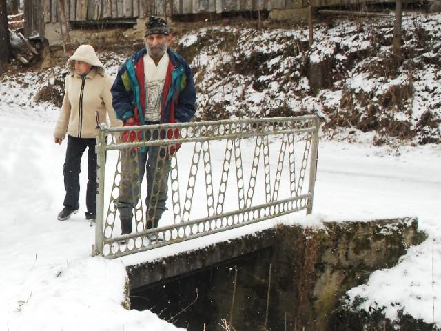 Bronisława i Józef Dudczakowie w 1998 r. wybudowali nielegalny przejazd do domu. Teraz mają go rozebrać lub zapłacić 125 tys. zł. Katarzyna Obarzanek spod Warszawy postanowiła im pomóc
