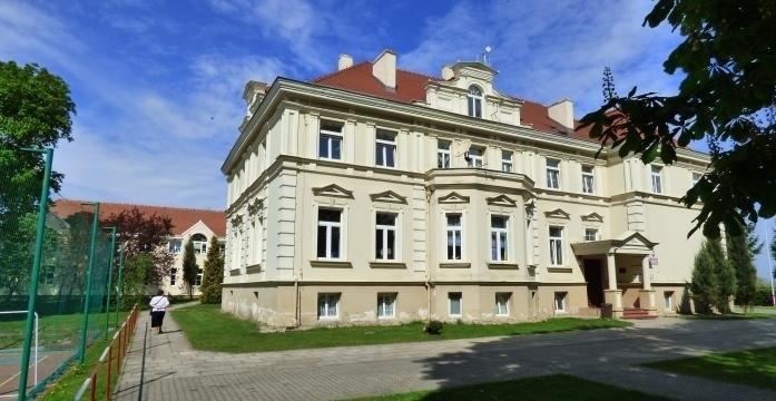 Szkoła w Kruszynie  mieści się w dawnym pałacu hrabiego...