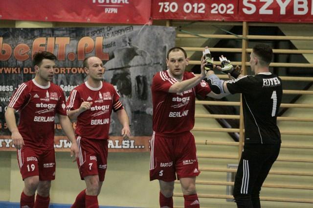 Mateusz Mika (z lewej) i bramkarz Sergiej Burduja byli ważnymi zawodnikami Berlandu. Obaj zostają w nim na kolejny sezon.