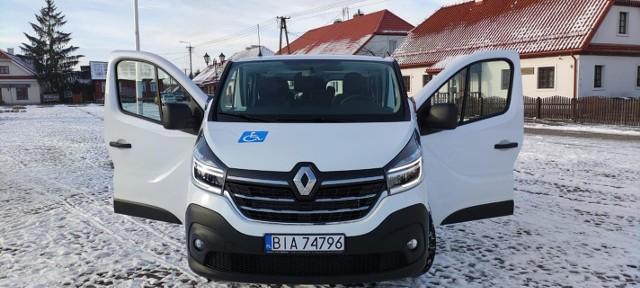 Gmina Tykocin kupiła nowego busa, który jest przeznaczony do bezpiecznego przewozu do szkół dzieci i młodzieży z niepełnosprawnościami