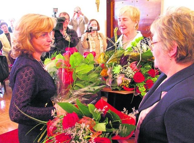 Barbara Nowakowska (po prawej) i Natalia Piekarska-Poneta (w środku) podczas odbierania tytułu Honorowego Obywatela Katowic w 2004 r.