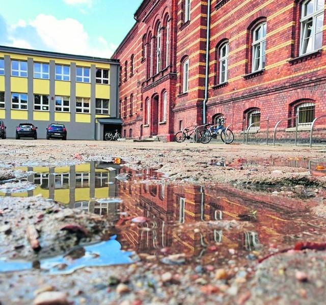 SP 1 przy ul. Lutosławskiego chce dzięki budżetowi obywatelskiemu naprawić zapomniany inwestycyjnie teren.