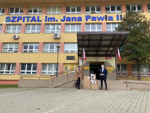 """Z rąk prezes Fundacji """"Jesteśmy Blisko"""" Marty Szewczyk-Wypychewicz respirator i kardiomonitor odebrał dyrektor włoszczowskiego szpitala Rafał Krupa."""