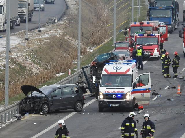 """Przed Sądem Rejonowym w Zambrowie stanął kierowca ciężarówki, który na DK8 potrącił śmiertelnie dwóch mężczyzn kłócących się na """"ekspresówce"""". Chciał się dobrowolnie poddać karze. Nie zgodzili się pokrzywdzeni. Więcej na ten temat przeczytasz tutaj: Wypadek na S8 - Stare Krzewo: Kierowcy zginęli, bo pobili się na ekspresówce. Śmierć przez agresję drogową [ZDJĘCIA, WIDEO]"""