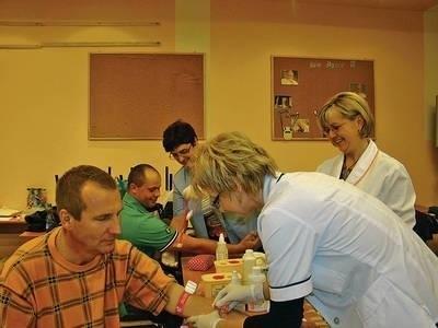 Krew oddają od lewej Marek Marzec i Przemysław Pienio. Pobierają ją - na pierwszym planie Agnieszka Wąsowicz, Teresa Marze, Izabela Chachlowska Fot. EWA TYRPA