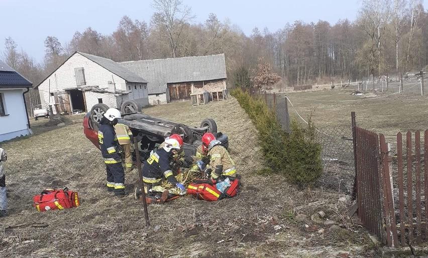 Jurasze. Audi dachowało na prywatnej posesji. Dwie osoby trafiły do szpitala. Kierowca był pijany [ZDJĘCIA]