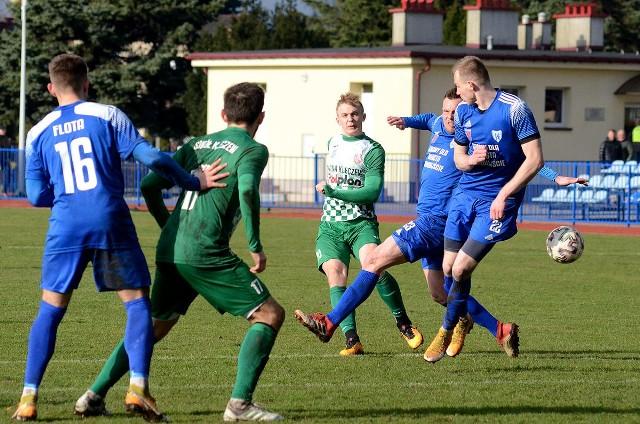 Piłkarze Sokoła Kleczew (w zielonych strojach) do końca walczyli o awans do grupy mistrzowskiej III ligi