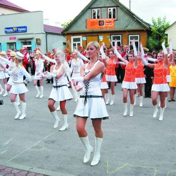 Pokaz musztry paradnej w wykonaniu uczestników VI Europarady Orkiestr Dętych w Centrum Europy w Suchowoli
