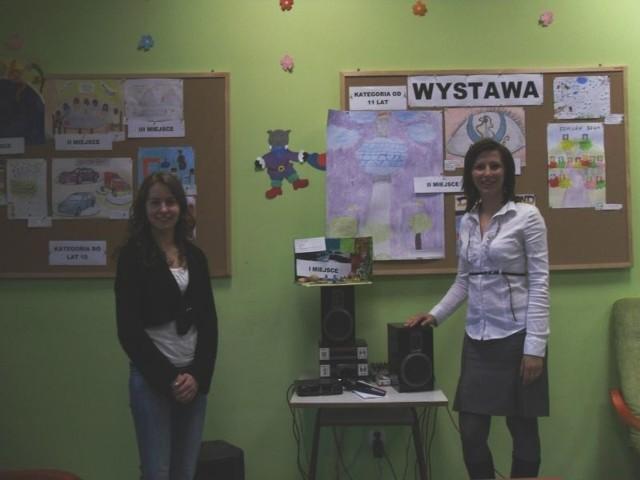"""Na zdjęciu od lewej: Agnieszka Kuźmińska, Alicja Bania; - studentki UKW, wolontariuszki i organizatorki konkursu """"Moja przygoda z językiem niemieckim"""""""
