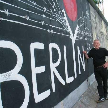 - Dobrze, że zostawiono kawałek muru berlińskiego, bo przypomina nam, jak żyliśmy przed zjednoczeniem - mówi Jochen Denzler