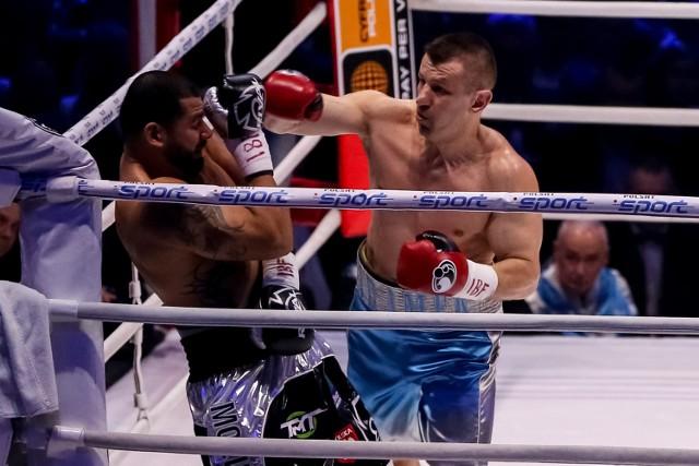 Tomasz Adamek (z prawej) przegrał z Erikiem Moliną przez nokaut w 10. rundzie
