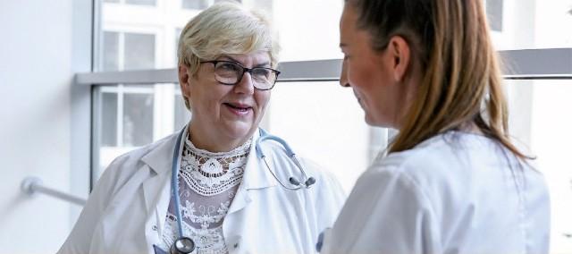 Lek. med. Iwona Witkiewicz, specjalista chorób płuc, konsultant wojewódzki w tej dziedzinie, która jednocześnie kieruje Oddziałem Gruźlicy i Chorób Płuc w SPWSZ w szczecińskim Zdunowie.