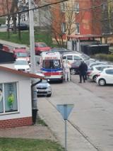 Podejrzenie koronawirusa w Krośnie Odrzańskim? Czytelnik nadesłał zdjęcia z karetką i ratownikami w kombinezonach ochronnych