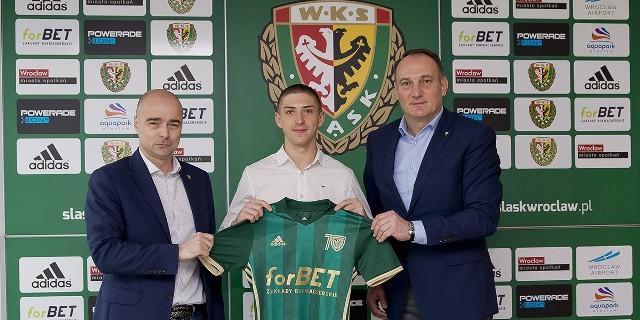 Zatrzymanie Sebastiana Bergiera (w środku) nie było łatwe. Wychowanek Śląska miał oferty z innych klubów, także zagranicznych