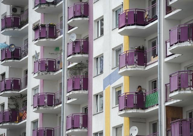 Łódzka spółka deweloperska Varitex tereny przy ul. Augustów na Widzewie kupiła od miasta Łódź w 2018 r. Według planu zagospodarowania to teren pod zabudowę usługowo-parkingową. Ale staną tam dwa ośmiopiętrowe bloki na 166 mieszkań. Zgodę dała Rada Miejska Łodzi, choć po burzliwej dyskusji. A deweloper na tej decyzji zarobi miliony. CZYTAJ DALEJ NA KOLEJNYM SLAJDZIE>>>