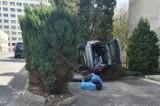 Katowice. Wypadek przy szpitalu w Ochojcu. Kobieta pomyliła gaz z hamulcem i zniszczyła dwa inne samochody