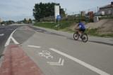 Nowa ścieżka rowerowa na ul. Poznańskiej w Koziegłowach - część rowerzystów ją krytykuje, bo zrobiono ją z kostki brukowej