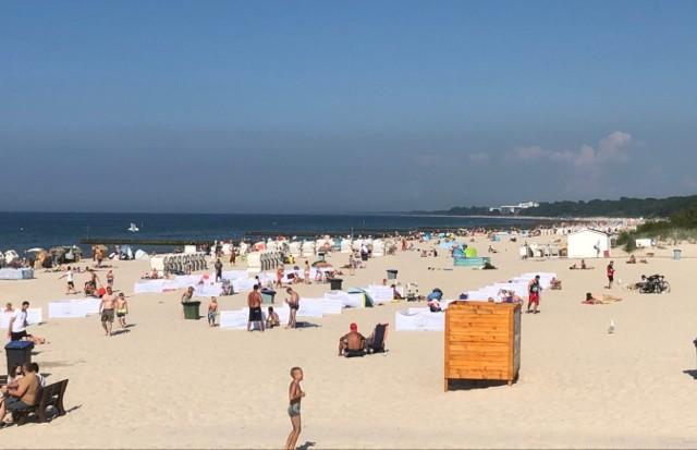 Ceny nad polskim morzem do niskich nigdy nie należały. W tym roku wszyscy, którzy zdecydowali się na wyjazd nad Bałtyk, obawiają się, że z powodu epidemii i związanych z nią problemów będą jeszcze wyższe. Postanowiliśmy więc sprawdzić, jak jest naprawdę i w pierwszy weekend wakacji przeanalizowaliśmy ceny typowo urlopowych artykułów i usług w Kołobrzegu - dużym kurorcie słynącym z przepięknej plaży (na zdjęciu) oraz w mniejszych miejscowościach na wybrzeżu. Zacznijmy od wyżywienia. Czytaj na następnym slajdzie