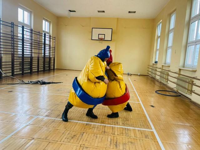 Żołnierze organizują zajęcia plastyczne, różnego rodzaju rozrywki i zabawy dla dzieci. Jeden z nich jest po AWF, więc wykonywał z dziećmi ćwiczenia na sali gimnastycznej oraz organizował zawody sportowe.