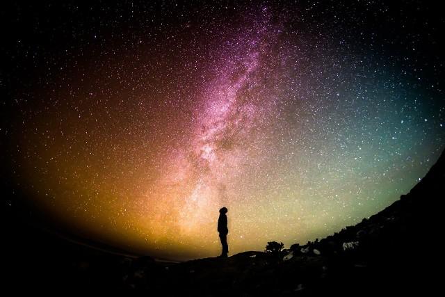 Kalendarz zjawisk astronomicznychW 2021 roku warto spoglądać w niebo. Zjawiska astronomiczne są chętnie obserwowane przez ludzi na całym świecie.Jakie ciekawe zjawiska astronomiczne zobaczymy w 2021 roku? Które spektakle na niebie będą widoczne dla obserwatorów z Polski? Zobacz w naszej galerii niesamowite zjawiska, które zobaczymy w 2021 roku >>>>>