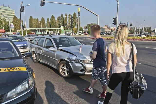 Do zderzenia opla i renault doszło we wtorek (13 września) na rondzie PCK w Zielonej Górze. Na szczęście nikomu nic się nie stało. Żaden z kierowców nie chciał jednak wziąć na siebie winy za spowodowanie kolizji. Obaj wjechali na rondo na zielonym świetle. Potem doszło do zderzenia.Policjanci zdecydowali się na przygotowanie wniosku do sądu, który jednocześnie orzeknie o winie.