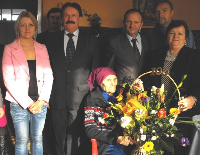 Zofia Skowron z Kaczkowic otrzymała życzenia z okazji 100. urodzin także od przedstawicieli władz samorządowych gminy Bejsce.