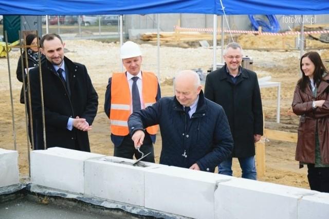 Kolejna firma osiedla się w Dębskiej Woli w gminie Morawica Właściciele i pracownicy firmy NILTECH oraz wójt Marian Buras wmurowali kamień węgielny pod budowę.
