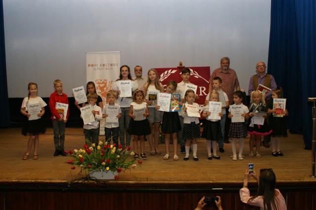 Dzieci wzięły udział w Przysusze w eliminacjach konkursu recytatorskiego.