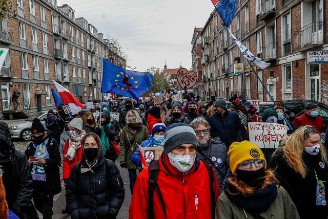 """Demonstracja w Gdańsku. 21.11.2020 r. Krzyczeli """"Dość"""" pod biurem poselskim PiS i na ulicach miasta"""