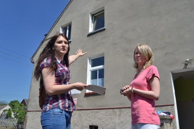 – Z tego okna wyleciał w lutym telewizor. Dobrze, że dzieci nie było wtedy w przedszkolu – mówi Olga Jacyszyn, mama jednego z dzieci, które chodzą do przedszkola w Bierdzanach. Obok Katarzyna Płoskonka.