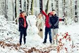 Wreszcie prawdziwa zima w Żarach! W Zielonym Lesie od rana pełno mieszkańców, którzy spacerują, biegają i lepią bałwany. Zobaczcie sami!