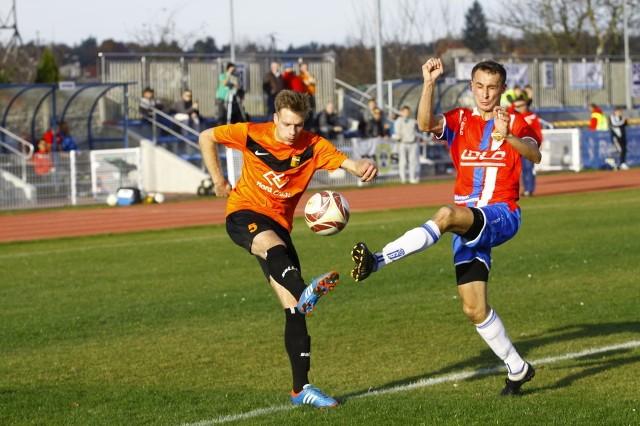 Piłkarze Małejpanwi Ozimek (na zdjęciu z lewej jej zawodnik Błażej Gajos) oraz Chemika Kędzierzyn-Koźle (z prawej jego czołowy gracz Łukasz Jaciuk)  zakończą ten sezon w IV lidze cztery dni później. To samo dotyczy też zespołów z Gogolina i Starowic.