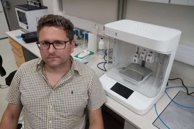 Zespół naukowców z Centrum Zaawansowanych Technologii UAM pod kierownictwem wicedyrektora CZT UAM prof. UAM dr. hab. inż. Jakuba Rybki podjął badania nad wytworzeniem niezbędnych komponentów testu immunologicznego dedykowanego diagnostyce SARS-CoV-2.