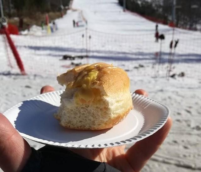 Pączek na stoku - to jest to. Do jazdy na nartach przyda się dodatkowa energia, a szusując na śniegu łatwo spalimy nadmierne kalorie. Na zimę i Tłusty Czwartek propozycja idealna - chociaż nie wszędzie osiągalna. W odróżnieniu, od naszej kolejnej propozycji >>>