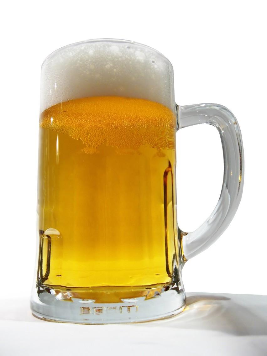 Polacy z roku na rok piją coraz więcej piwa, a rezygnują z napojów spirytusowych.