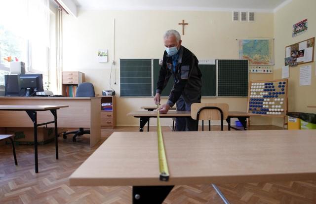 Rząd dał zielone światło na otwarcie w poniedziałek szkół podstawowych dla uczniów z klas 1-3. Głównie z myślą o tych dzieciach, których rodzice muszą pracować i nie mogą dłużej pozostawać w domach. Do rzeszowskiej Szkoły Podstawowej nr 16 zgłosiło się aż 116 dzieci: 73 z pierwszych klas, 71 z drugich i 58 z trzecich. Zostaną one podzielone na 10 grup. W szkole dzieci nie muszą nosić maseczek. Pracownicy odbierający uczniów od rodziców i mierzący temperaturę będą w przyłbicach. Dzieci nie mogą przynosić swoich ulubionych zabawek, a jedynie przybory szkolne i podręczniki.