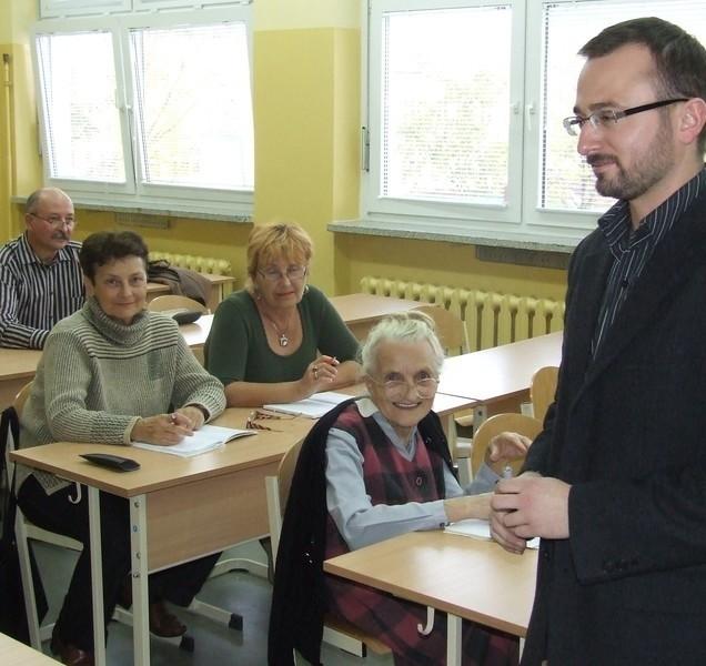 Studenci Uniwersytetu Trzeciego wieku podczas pierwszej w tym roku lekcji angielskiego, którą prowadzi Sławomir Polański