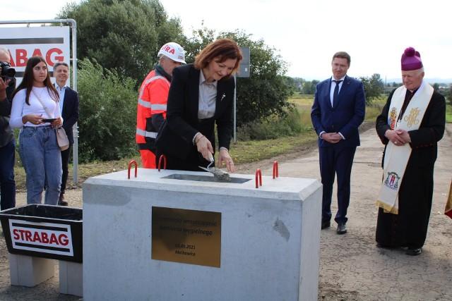 W uroczystości murowania aktu erekcyjnego pod budowę przejścia granicznego w Malhowicach uczestniczyli m.in. wojewoda Ewa Leniart, poseł Tadeusz Chrzan i europoseł Bogdan Rzońca.