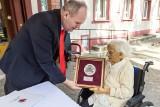 Urszula Kowalska, pensjonariuszka Domu Seniora w Grudziądzu ma sto lat. Jubilatkę odwiedził wicemarszałek Zbigniew Sosnowski [zdjęcia]